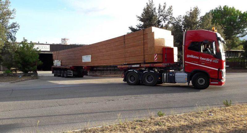 Autoarticolato, trasporto del legno Albertani Corporates per la costruzione di una grande struttura