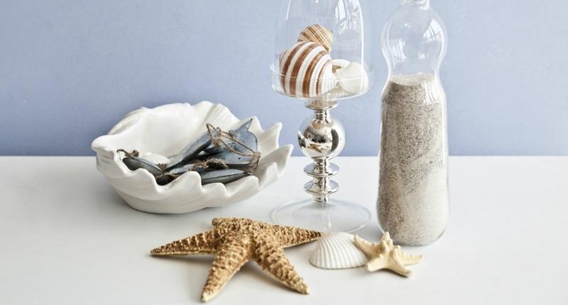 Tavolo con conchiglie e bottiglia di sabbia